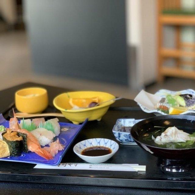 """周南のおすすめ人気ランチ特集  ◆ いけす・和食処 寿司やす [周南市 ランチ]  今回ご紹介するお店は、周南市宮の前(新南陽)にある「いけす・和食処 寿司やす」さんです! ここ寿司やすさんは、魚屋という利点を活かし、地元の方々に、日頃、家庭では味わえない """"新鮮な魚、おいしい料理を安く提供する""""という想いを込めて、 「寿司やす」という名前にされたそうです。 お寿司......M子の心が躍ります♪  もちろん、注文したのはお寿司です! ちょっと奮発して「特上寿司セット」15セット限定です! 朝からソワソワしてましたから、M子。お寿司しか考えられませんでした。  セットの内容は、 ■お寿司8巻 ■揚げ物 ■茶わん蒸し ■汁物 ■果物 ■ドリンク  お寿司は、イカ、大トロ、平目、鯛、鯵、車海老、ウニ、玉子の8巻。  もう、どれから手を付けていいのか、迷いに迷いました。 なぜかって? お寿司って食べ方がありますよね。 食べる順番の基本マナーみたいなのです。  ・味の薄いもの(白身魚など)から、味の濃いもの(赤身魚など)へ ・握り寿司から、巻き寿司へ ・甘いネタは満腹感が出るため最後のほうに食べる  上記のようなことを考えると握る方からしてみると味が淡白な白身ですよね。とりあえずそこは白身からいきましたよ。  その後は、すみません。食べたいものから食べました。久しぶりに口にしたウニ! 濃厚で臭みが一切なくとにかく絶品!! 車海老も海老好きM子には外せないネタ。いうまでもありませんが美味です♪ 大トロもとろける様で口に中からすぐになくなっちゃいます。 回らないお寿司屋さんで食べるお寿司、久しぶりすぎてテンションMAXのM子でした!  その他の揚げ物はポン酢で食べるという斬新な揚げ物。これ、さっぱりしてて驚きました! 天つゆのイメージが強い中、ポン酢。いいと思います!  鯛のアラのお吸い物も優しい味で◎ この鯛のアラがすごく美味しかったです。キレイに鯛も完食!  いかんせん、今回ご紹介したランチのセットは、平日のみとなっておるため、この4連休ではご注文できませんが、美味しいお寿司は食べられます♪ ご家族で敬老の日のお祝いに足を運ばれてみてはいかがですか!  詳しくはプロフィールのリンクよりご覧下さい! また、『周南市ランチ』と検索よろしくお願い致します♪  ーーーーーーーーーーーーーーーーーーーーーーー 店名*いけす・和食処 寿司やす 住所*山口県周南市宮の前2丁目1−1 営業時間*11:00~14:00(ラストオーダー13:30) 17:00~21:30(ラストオーダー21:00) 電話番号*0834-63-2670 定休日*不定休 駐車場*あり ーーーーーーーーーーーーーーーーーーーーーーー  #周南 #周南市 #周南市ランチ #周南ランチ #寿司やす #寿司ランチ #いけす和食処寿司やす #和食処 #和食 #和食ランチ #特上寿司セット #お寿司 #限定セット #周南市和食 #まいぷれ周南 #周南市グルメ #グルメ#周南グルメ"""