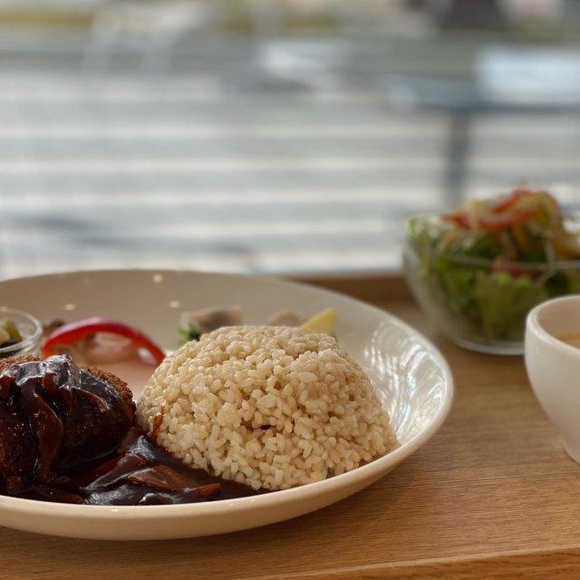 周南のおすすめ人気ランチ特集  ◆ ORANGE CAFE(オレンジカフェ) [周南市 ランチ]  今回ご紹介するランチは周南市役所シビックプラットホーム1FにあるORANGE CAFE(オレンジカフェ)さんです。 その季節にあった月替わりのセットメニューを終日楽しめます♪  今回注文したランチは、『キノコのデミソースを添えて モッツァレラチーズの牛肉コロッケ』です♪ ◆サラダ ◆スープ ◆キノコのデミソースを添えて モッツァレラチーズの牛肉コロッケ  ワンプレートに綺麗に盛り付けられ見た目にも美しいプレートです! 女性は特に好きかもしれませんが、少しずつのおかずを種類多く食べたい! S美もその一人です。全て美味しかったのですが、パプリカとれんこんとしめじのピクルスがさっぱりして美味しかったです。 きのこたっぷりのデミグラスソースの牛肉コロッケは、中からトロトロのモッツァレラチーズがたっぷり。 デミグラスソースと絡めて食べると絶品! コロッケの衣にはハーブの味がしたような? とても美味しかったです!  +300円で本日のミニパフェを付けることができます! もちろん、ミニパフェも頼みました!! ミニパフェといいながらとても満足いくパフェです。塩ソフトの塩味とソフトの濃厚さ、硬さがちょうど良い♪ 中には、ベリーのソースとフルーツ、抹茶のスポンジ、ナッツのブラウニー、生クリームが入って食べ進めていくのがとてもワクワクするパフェです。これが+300円で食べれるのであれば絶対プラスデザートはオススメです!  いつもながら、ランチも満足ですがデザートにも大満足のS美でした♪ オレンジカフェさんは、カウンター席もあるので気軽にお一人様ランチも楽しめます! テラス席もあるので、暖かい日には徳山の街並みを眺めながらのランチ・カフェタイムにも最適です♪ テイクアウトメニューやドリンクメニューも豊富に取り揃えています!様々なシーンでご活用頂けるのではないでしょうか!!  【その他メニュー】※価格は税抜です (11月セットメニュー) ◆オリジナルソースのカツサンド  1,350円 ◆長州どりとエリンギのバターしょうゆ丼 1,380円 ◆サーモンとキノコのクリームパスタ  1,420円 ◆飴色玉ねぎと白ワインで仕上げたエビカレー  1,400円  その他  詳しくはプロフィールのリンクよりご覧下さい! また、『周南市ランチ』と検索よろしくお願い致します♪  ーーーーーーーーーーーーーーーーーーーーーーー 店名*ORANGE CAFE(オレンジカフェ) 住所*山口県周南市岐山通り1-1 CP 1F 営業時間*8:00~18:00 電話番号*0834-33-3233 定休日*月~金曜 11:00~17:30     土・日曜  11:00~20:30 駐車場*あり(2時間無料) ーーーーーーーーーーーーーーーーーーーーーーー  #周南 #周南市 #周南市ランチ #周南ランチ #周南地域 #周南地域ランチ #オレンジカフェ #周南オレンジカフェ #カフェランチ #ランチ #パスタランチ #テイクアウト #スイーツ #月変わりランチ #女子友ランチ #デザート#カフェ #まいぷれ周南 #周南市グルメ #グルメ#周南グルメ