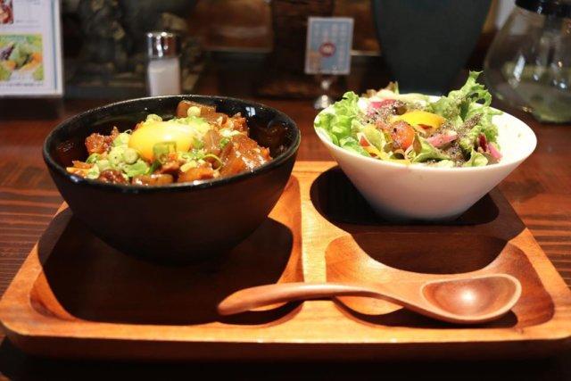 ・ ・ ❃ ・ 『カフェ コロンバン』 ❃ ・ ♧牛すじ丼♧ ❃ ・ ♧サラダ♧ ❃ ・  ・ これ初めて食べた時美味すぎて即リピーターになった😋 甘辛く煮込んであって、ご飯と相性ばっちり!🙆🏻♂️ サラダもドレッシングがうますぎて癖になる✨ ここは他にもチキン南蛮もあるんやけど、これまた美味すぎるので両方食べてもらいたい!😋🙏 ・ ・ ・myplshunan #cafe#café #cafe☕ #cafetime#cafelife #cafestagram#cafestagram☕️ #cafe巡り #cafegram#cafe巡りしたい #cafe好きな人と繋がりたい #カフェ好きな人と繋がりたい#instafood #instacafe#instagram #山口カフェ#山口カフェ巡り #山口cafe#山口cafe巡り #cafe巡り男子#カフェ巡り#カフェ巡りしたい#カフェ巡り部 #カフェスタグラム #周南ランチ#周南カフェ#まいぷれ周南フォトコン2020秋 #やまぐちいいとこ#周南グルメ#カフェコロンバン