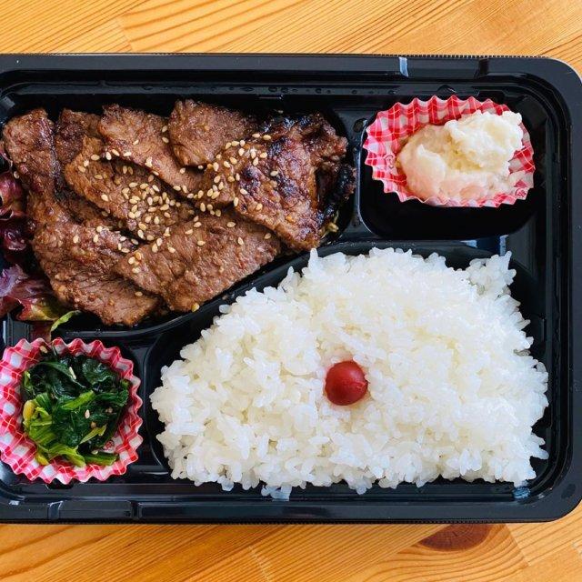 【周南ランチ】 今回ご紹介するテイクアウトランチは、下松市ゆめタウン近くにある「コリアンキッチン オンマソン」さんです♪本格的な韓国の焼肉が食べられるアットホームなお店です。 そんなオンマソンさんでご紹介するのが、カルビ弁当とヤンニョンチキン弁当です!   カルビ弁当は、やわらかいカルビが7枚程度!しっかり味が付いたご飯に合う絶品の一品です♪  カルビをまず1枚。そして、ご飯を一口♪ 口の中でジューシーなお肉とご飯で箸が止まりませんね☆  S美の食べ方は、カルビでご飯を巻いて食べます! カルビのうま味をしっかりご飯につけ一気に口へ♪ 幸せですね。テイクアウトで気になるのは、冷えたらお肉が固くなるのでは?? そんなことございません。お子様からお年寄りまで食べやすく柔らかさ。 ご飯の量もしっかりあり、十分のボリュームです。 この美味しさとボリュームで、700円とは。大満足です!  次にご紹介するお弁当は、「ヤンニョンチキン弁当」です。  ヤンニョンとは、韓国語で調味料などのことを指しているそうです。から揚げに、とろりとした甘辛のソース(ヤンニョンソース)をからめた品です! 見た目は辛そうに見えますが、甘めのたれでご飯にピッタリ♪  オンマソンさんのヤンニョンチキンは、食べごたえのある一口大のチキンが6個も。 甘辛のタレが食欲をそそります♪ 一緒に添えられている、ホウレンソウのナムルと、ポテトサラダもとても美味しかったです☆ 先ほどのカルビ弁当もリーズナブルだったのに、こちらの「ヤンニョンチキン弁当」なんと500円! ワンコインで食べる事ができます♪ その他メニューも豊富に取り揃えています! テイクアウトをするなら是非、オンマソンさんのお弁当はいかがですか♪  【その他メニュー】 ■韓国のり巻き  400円 ■プルコギorホルモン弁当 500円 ■ハラミビビンバ 1,100円 ■ビビンタンミョン(グルテンフリー) 500円 ■タンタン弁当 1,300円 ■ロース弁当 1,500円 その他   詳しいお店の詳細等は、プロフィールのリンクよりご覧下さい! また、『下松市ランチ』で検索して下さい☆  #周南ランチ #周南市ランチ #下松ランチ #下松市ランチ #テイクアウト #下松テイクアウト #下松市テイクアウト #下松エール飯 #オンマソン #下松市焼肉 #下松焼肉 #コロナに負けるな #おうちご飯 #まいぷれ周南 #テイクアウトランチ #テイクアウト下松 #テイクアウト下松市