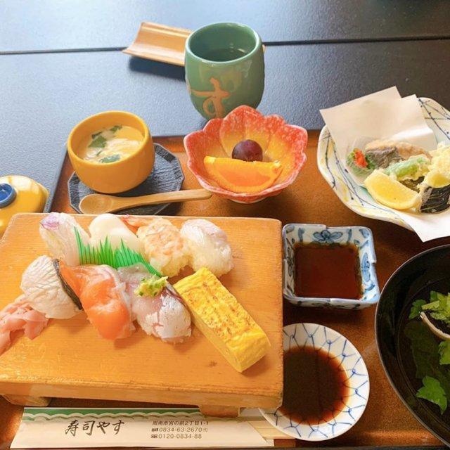 先日、コロナ騒動以来初めて外食しました。 約半年ぐらい??もうそんなに経つのですね🙄  今日まで販売している#がんばろう周南プレミアム付食事券 を利用しました。 1万円で1万2000円分のチケットになります🎫  #寿司やす には初めて行きましたが、ランチがお得で美味しかったです😋外でお寿司食べるの久しぶり♫  一番最後のビール📷は防府にある#和の湯 ♨️ ここも久しぶり。生🍺を外で飲んだのもコロナ騒動以来✨ 美味しくて飲み過ぎて翌日辛かった💦  ここはお食事もリーズナブルでおいしいです。 写真撮るの忘れたけど|ω・)و ̑̑༉  久しぶりすぎてぬいさん連れて行くの忘れたのでスタンプです(´-ω-`)シュンシュン  どっちのお店もコロナ対策はしっかりされてました。 でも早くコロナが収まって安心して外食したいです(・ω・。)  myplshunan   #外食 #ランチ #寿司 #寿司ランチ #生ビール  #まいぷれ周南フォトコン2020秋  #周南市 #防府市 #周南ランチ  #foodstagram #instagood #sushi