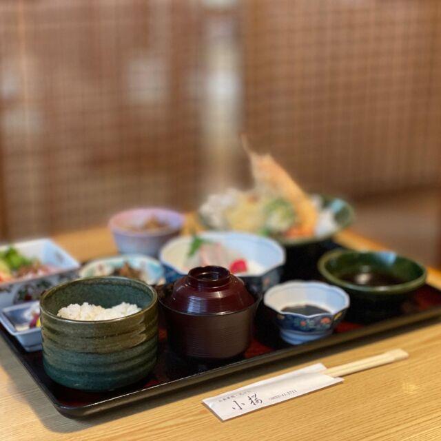 周南のおすすめ人気ランチ特集  🔹 天ぷら 小桜 [下松市 ランチ] 🔹 @tenpurakozakura  【エビや野菜のサクッともちもち天ぷらを贅沢に♪】  今回ご紹介するのは、下松市の下松駅北口から徒歩5分もかからない「天ぷら 小桜」さんです。 薄衣の天ぷらが有名のお店です♪  今回M子がご紹介するのは、お店がイチオシするメニュー「小桜御膳」 天麩羅はもちろんのこと、刺身、牛肉のしぐれ煮、サラダ、小鉢、漬物、味噌汁、ご飯という内容。  まずは天ぷらから! エビ、ブロッコリー、玉ねぎ、なす、人参、かぼちゃ  高温で一気に揚げるてあるので、サクサクかつもっちりで、不思議な衣なんです。しかも衣が薄いので、揚げ物の衣が気になる方もヘルシー♪ たくさん食べられますよ!  M子の大好きなエビは、最後に食べたのですが、エビは頭も美味しいんです! 食べ方がメニューの中にあるので、そちらを読んで食べて欲しいのですが、M子はいつも通り味噌までいただきました~♪ 美味!! 皆さんもぜひどうぞ。手が汚れるから・・・なんて言ってたら人生損しちゃいますよ! (嘘です!)  メインの他にM子が気になったのは、牛肉のしぐれ煮! これお肉がすっごく柔らかく、しかもこの甘辛い煮汁をお肉が吸ってご飯に合う合う♪ この煮詰めた感じがするのに、お肉が柔らかいことには秘密があるんでしょうか! M子もぜひ作りたいです! 時折香るショウガもいい味出してます♪  本日の小鉢は、ひじきの煮物。 ひじきに大豆、人参、いんげん豆、油揚げに角天、おそらく春雨? も入ってました。 具沢山で、これまた美味しい! なかなかひじきの煮物って入れる具材がいつも決まってて、同じような感じになるのですが、これだけ具が入ると子供も喜びそう♪ お刺身も、しっかり分厚いサーモンと鯛がありましたよ。 お刺身があると贅沢感が増し増しですね。  他にも天ぷら、小鉢、漬物、わかめむすびがついた天ざる御膳もまだまだこの時期おすすめです。 ざるそばもしくはざるうどんを選びます。のど越し良くツルっと食べられるそばは、夏バテ気味で食欲があまりないという方には、ピッタリ! ぜひ絶品天ぷらと一緒にどうぞ。  ランチタイム限定で、昼天丼、ソースカツ丼、カツ丼、豚生姜焼き丼、チキンカレーと千円以下のお得なガッツリメニューもありますので、男性陣のお昼におすすめ♪  ☆その他のメニュー☆ ・天ぷら定食    1,320円 ・とり天定食    1,100円 ・東京風天丼    1,320円 ・天重御膳     1,320円 ・うにめし御膳   2,200円 ・茶碗蒸し御膳  1,760円  他   また、『下松市ランチ』と検索よろしくお願い致します♪  ーーーーーーーーーーーーーーーーーーーーーーー 店名*天ぷら 小桜 住所*山口県下松市古川町4-4-2 営業時間*11:30~14:00      17:30~20:00 ※9月26日までは時短営業のため夜は20:00までとなります。 電話番号*0833-41-2711 定休日*日曜(予約時は営業) 駐車場*あり ーーーーーーーーーーーーーーーーーーーーーーー  #周南市#周南グルメ#下松市#光市 #周南#下松#光#下松グルメ #小桜#てんぷら小桜#和食#下松駅近く #和食ランチ #周南市ランチ#周南ランチ #ランチ#天ぷら#日本料理#テイクアウトランチ #まいぷれ周南#テイクアウト#グルメ